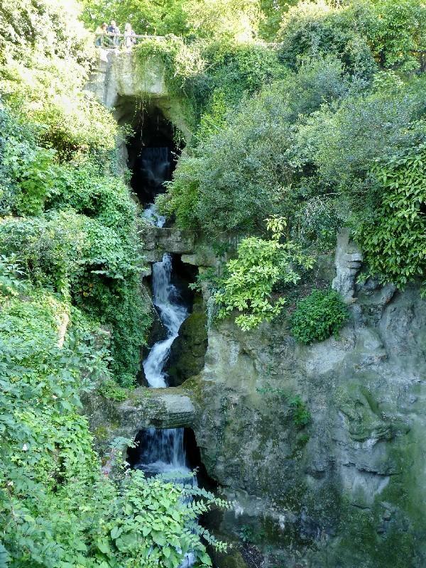 40 - Parc des Buttes-Chaumont (cascade)