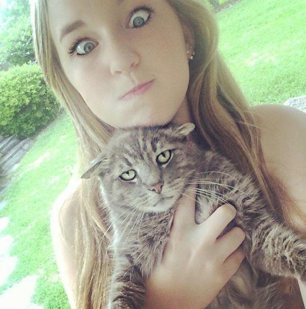 Les 15 images les plus drôles de chats qui montrent à quel point ils aiment sortir dans les selfies