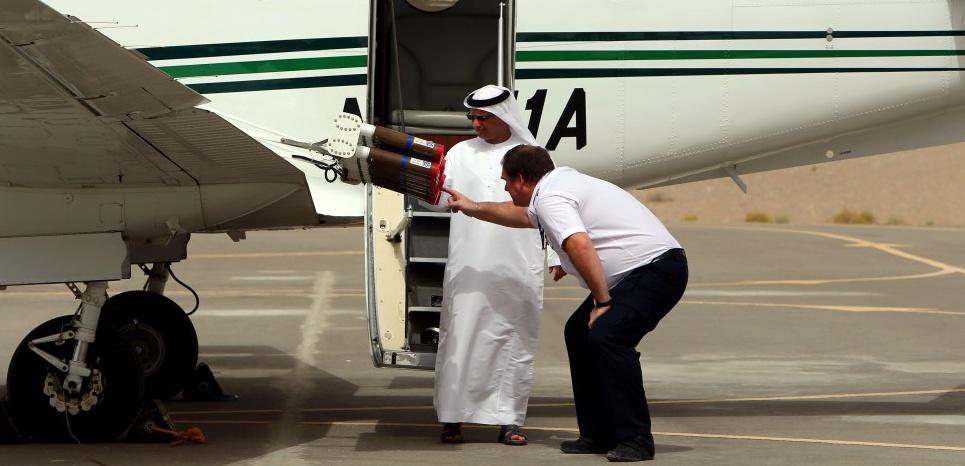 Aux Emirats arabes unis, un avion à double hélice se tient prêt à décoller à la faveur d'un ciel couvert pour une mission d'ensemencement des nuages. Objectif: provoquer la pluie. ©MARWAN NAAMANI / AFP
