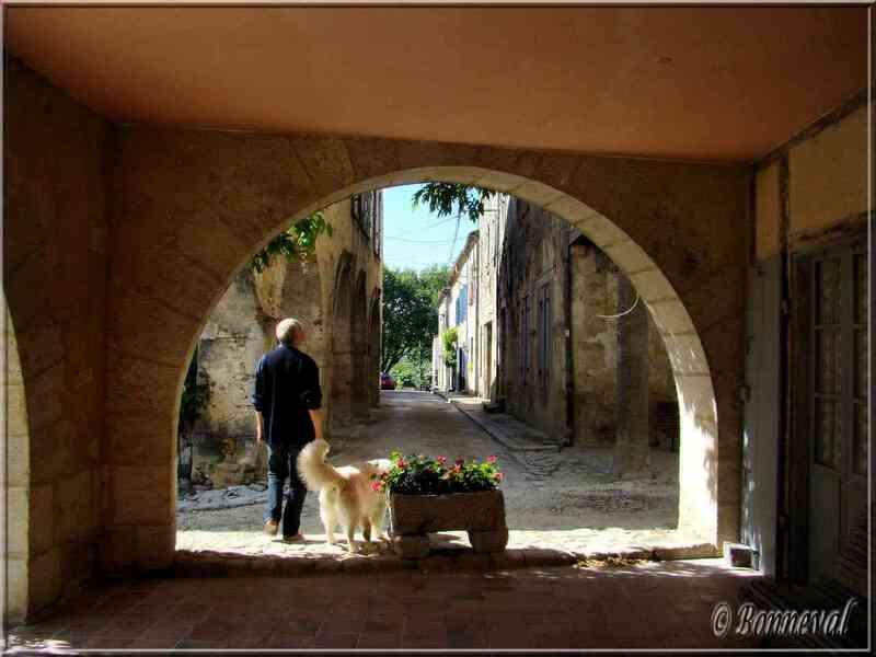 Labastide-d'Armagnac bastide Landes couverts échappée sur une rue