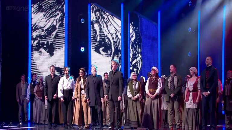 The Royal Variety Performance 2010 - Simon Bowman,  Alfie Boe, Samantha Barks ,  Colm Wilkinson,  John Owen-Jones au moment de se tourner pour le salut au Prince Charles