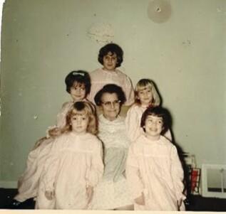 Grand mére en chemise de nuit et ses petits enfants