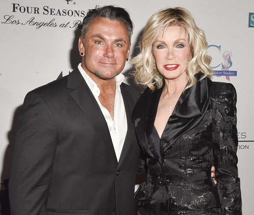 Donna Mills assiste au Talk Of The Town Gala.