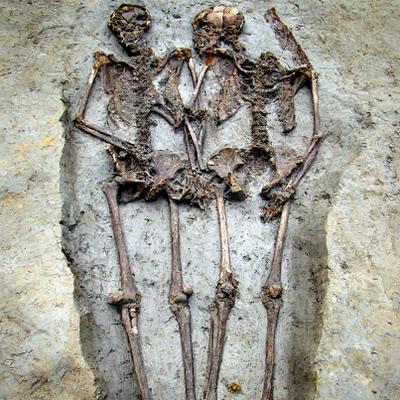Un couple se tenant la main depuis 1 500 ans ...