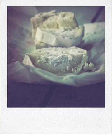 Focaccia très moelleuse au fromage de chèvre et au basilic