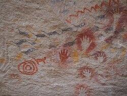 On peut aussi voir des scènes de chasse au guanaco