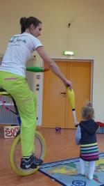 Démonstration par Fleur du matériel utilisé pendant les ateliers jonglerie et équilibre