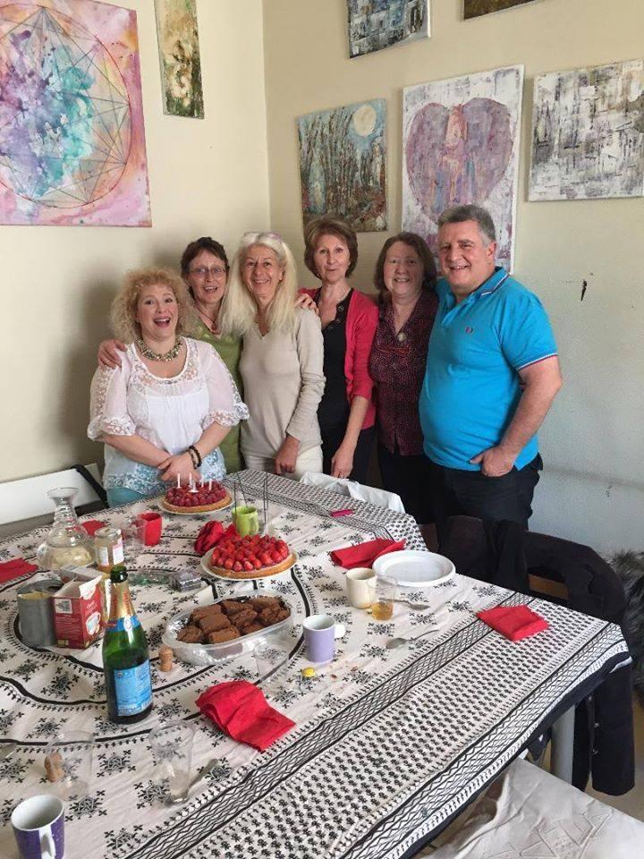 L'image contient peut-être: 6 personnes, dont Françoise Moiroud, personnes souriantes, personnes assises, table et intérieur