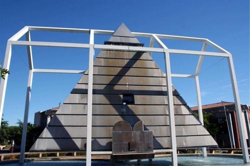 Pyramide et toit du monde