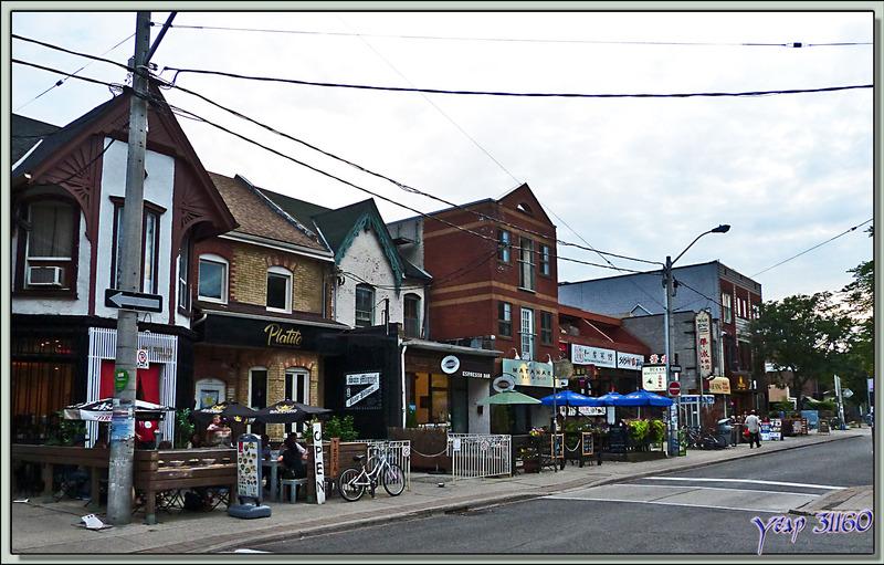 En quelques minutes, à pieds, nous passons d'une ville ultra moderne à des pavillons anciens de banlieue - Toronto - Ontario - Canada