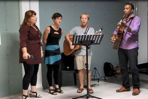 L'image contient peut-être: 3 personnes, personnes sur scène, personnes debout et personnes qui jouent des instruments de musique