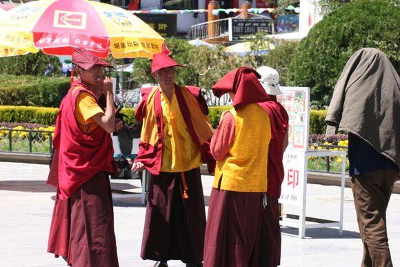 un groupe de moines devant le monastère de Jogkank;