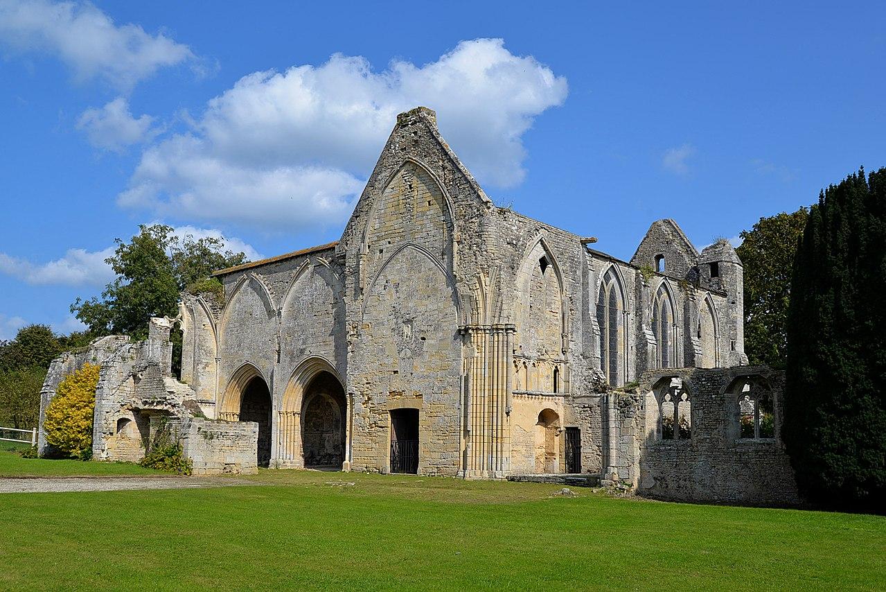Église de l'ancienne abbaye Sainte-Marie de Longues-sur-Mer (1).jpg