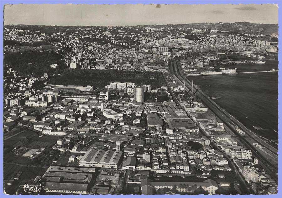 Vue aérienne d'Hussein-Dey, le Jardin d'Essai,  le Vélodrome Municipal et à droite la Ville