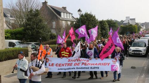 Environ 5000 personnes ont défilé dans Roscoff.