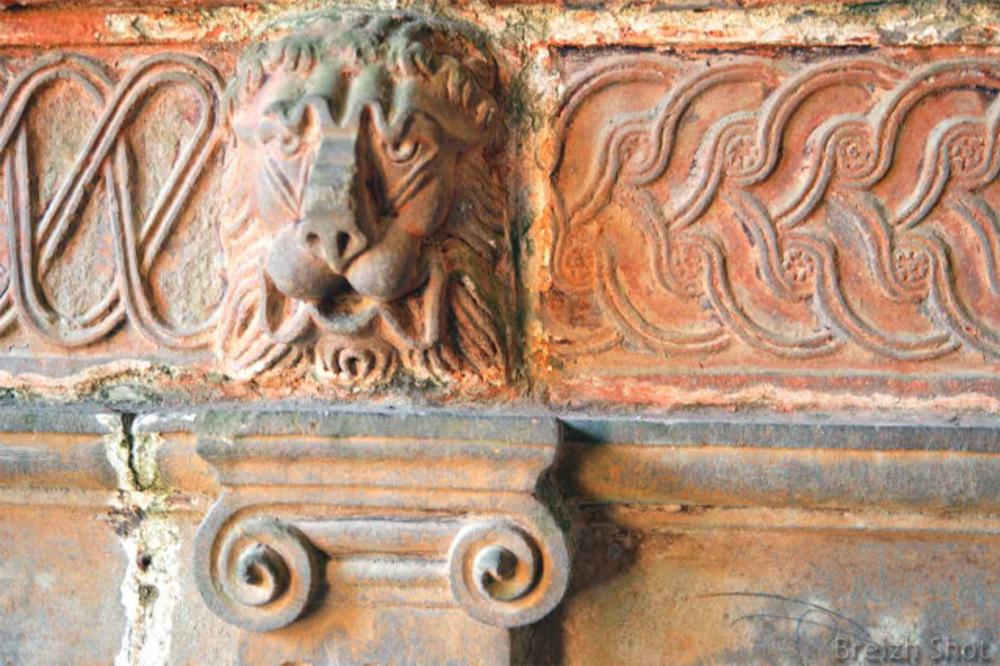 Guimiliau - Bas relief de Lion