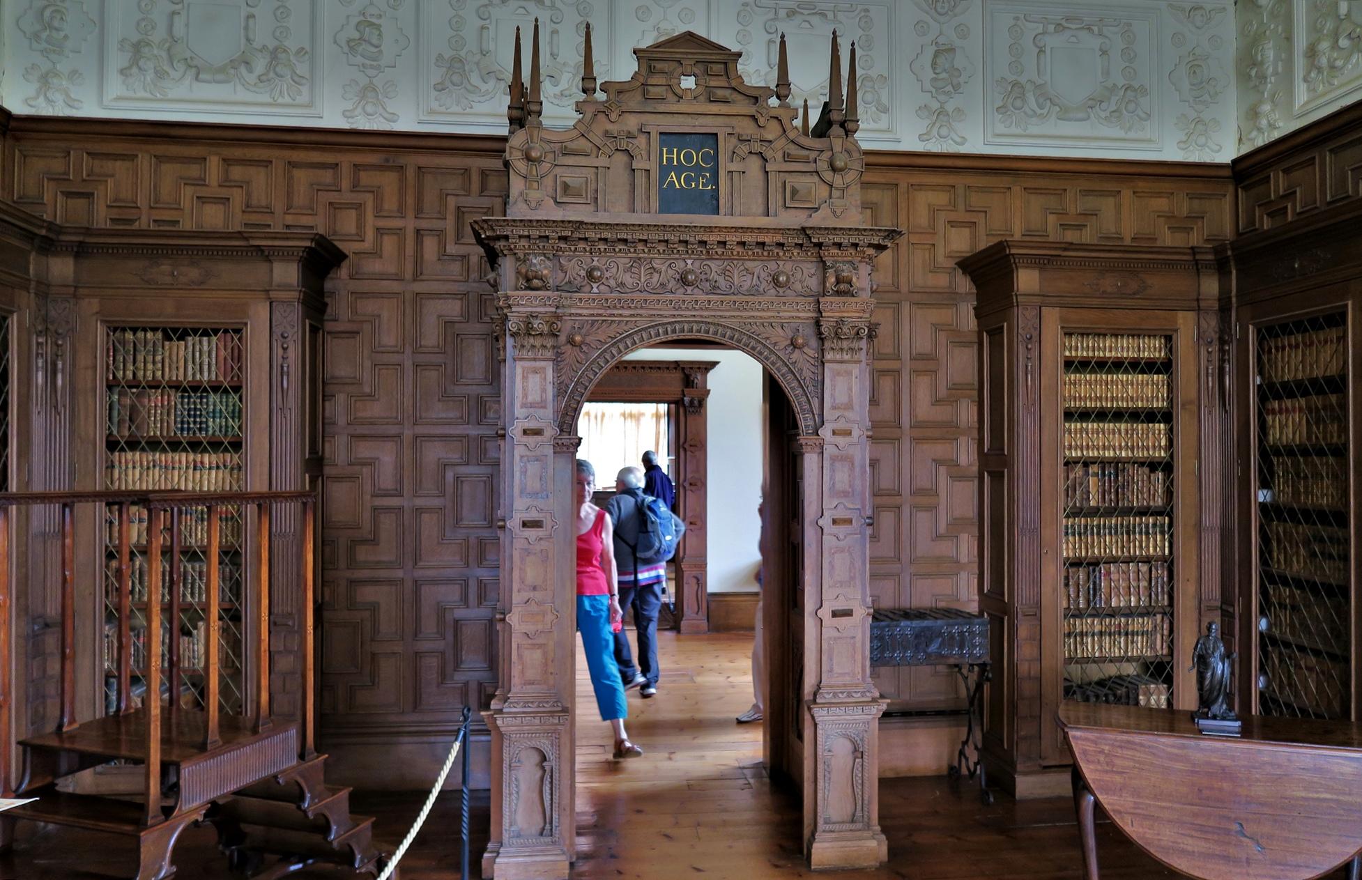 MONTACUTE. La porte de la Bibliothèque