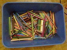 Crayons de couleur dans une boîte bleue.jpg