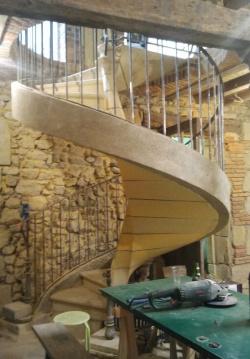 fin de la pose des plafonts et un exemple d'escalier pour l'accés aux chambres et mézannine.