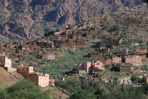 De petits villages s'agrippent à versant du djebel
