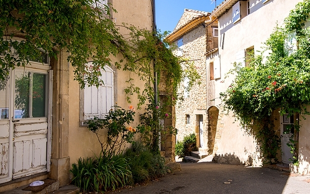 lourmarin-village-in-france-provence.jpg