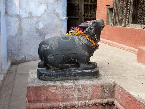 un temple dédié à Shiva près des ghats