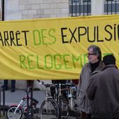 """""""Notre-Dame est sans toit, nous aussi"""" : le DAL manifeste pour les SDF devant la cathédrale"""