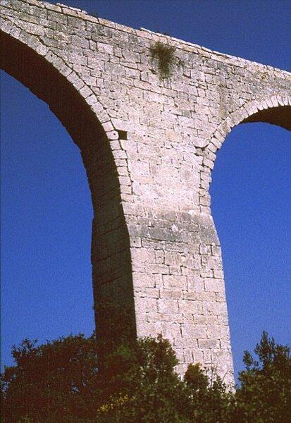 castries-aqueduc-pilier