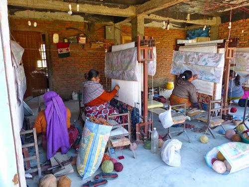 un atelier de tissage dans un village