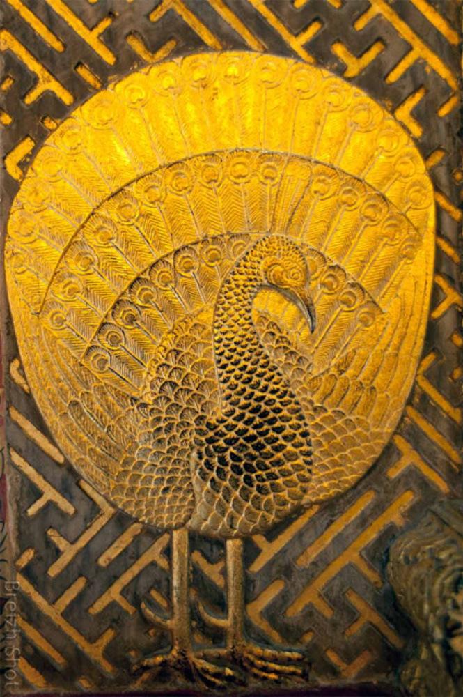 Wat Pho : Paon faisant la roue : Détail d'une porte sculptée du wat