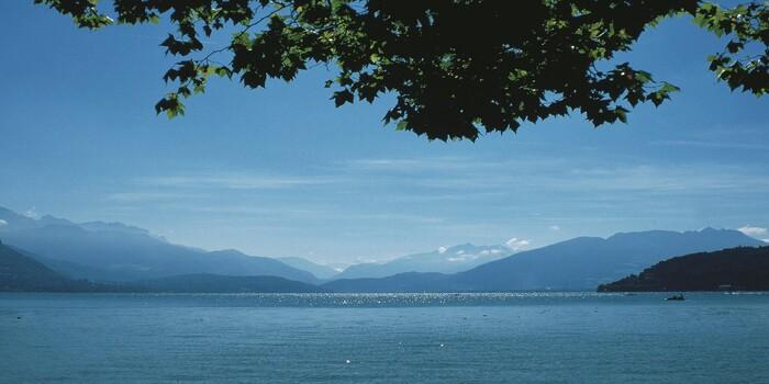 Bonjour....   avec le lac d'Annecy