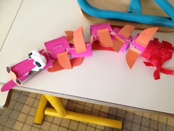 dragon rouge en rouleau de carton