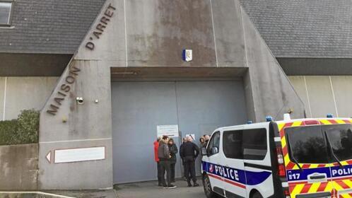Interdits de grève, les surveillants sont venus bloquer l'entrée de la prison de Brest sur leur temps de repos et refusent l'entrée d'un détenu conduit par des policiers.