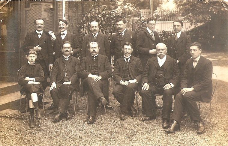 Le jeune clerc et les employés de l'étude du notaire Sauvage