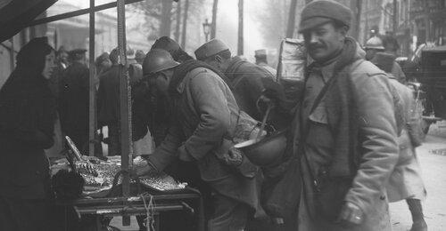 Permissionnaires dans la Grande Guerre, 22-11-15, les poilus permissionnaires achètent des bagues à la gare de l'Est, Paris