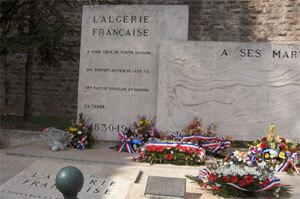 Trois jours plus tard, les fleurs déposées le 26 mars 2005 sont toujours en place.