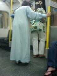 Femme en chemise de nuit dans le bus