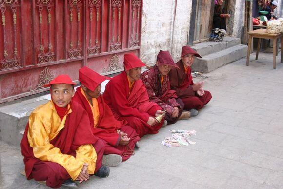 portrait de jeunes moines;