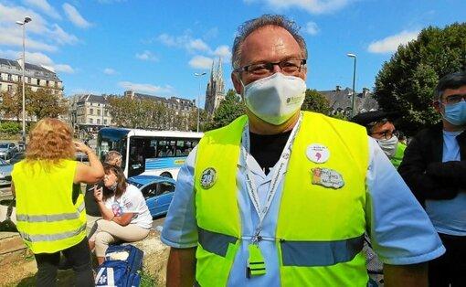 Plusieurs soignants, comme Yves, étaient présents samedi, place de la Résistance, à Quimper.