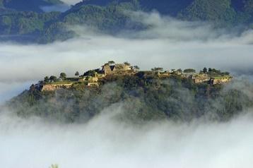 Un château au-dessus des nuages ...