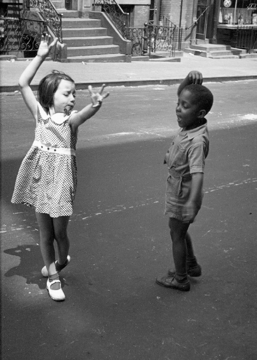 deux enfants dansent