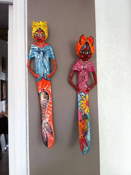 Des poupées faites avec des haricots de flamboyant