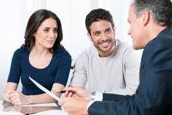 Le courtier en crédit aide l'emprunteur à faire des économies