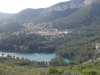 Le lac et le village du Revest