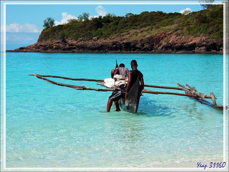 Pirogue et piroguiers - Nosy Tsarabanjina - Archipel Mitsio - Madagascar
