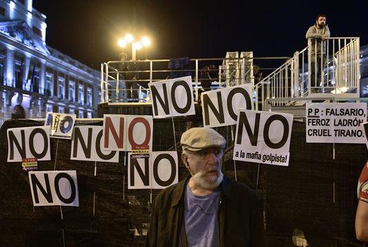 Devant le Congrès, le 29 octobre, des manifestants contre le reconduction annoncée de Mariano Rajoy.