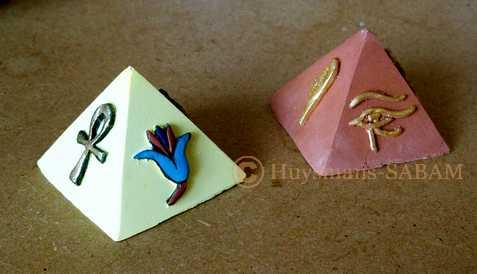 mini-pyramide en plâtre coloré et peint - Arts et sculpture: sculpteur, artisan d'art