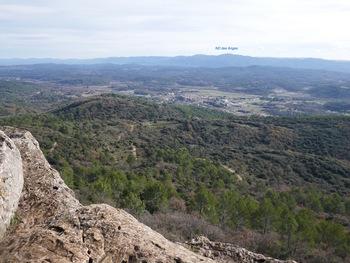 Vue sur Besse-sur-Issole et, au loin, le massif des Maures