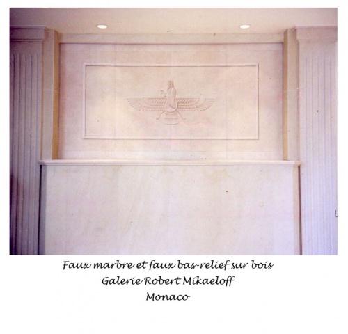 Faux marbre et faux bas-relief au-dessus d'un vrai marbre