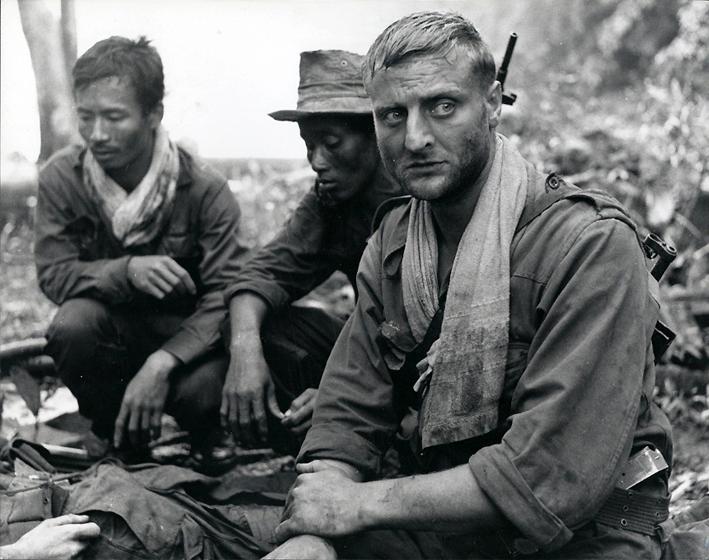 A gauche l'officier cambodgien jouant le rôle de Bat Kut et Bruno Crémer.